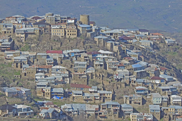 Das Dorf liegt ebenfalls hoch am Hang.