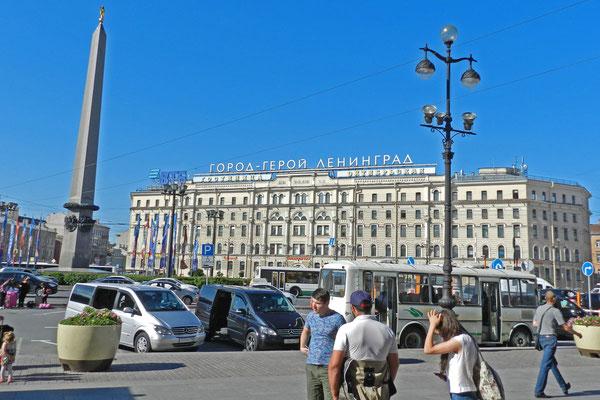 Am Platz des Aufstands vor dem Petersburger Hauptbahnhof