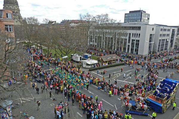 Карнавальное шествие начинается.