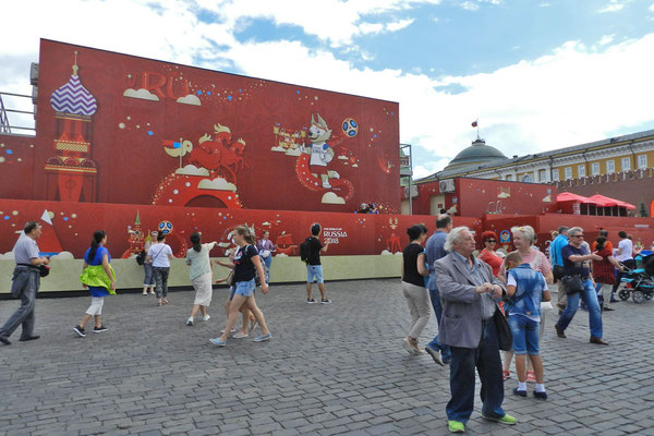 WM-Bühnen verdecken die Aussicht auf die Basiliuskathedrale