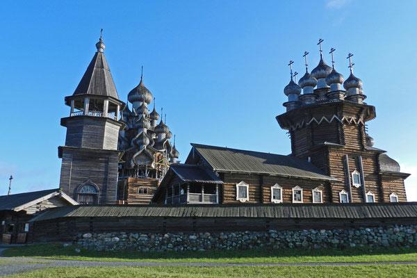 Verklärungskirche, Maria-Schutz-Kirche und Glockenturm auf Kischi