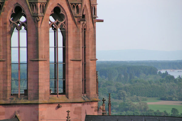 Церковь возвышается над широкой Рейнской долиной
