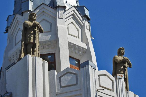 """Dach-Skulpturen am Hotel """"Wolga"""""""