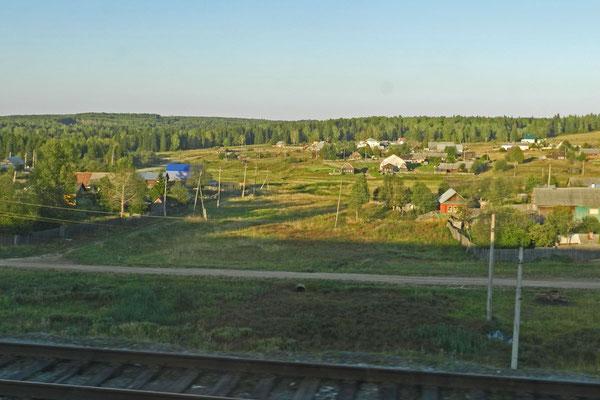 Blick aus dem Zugfenster auf die Landschaft im Ural