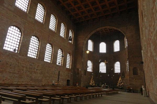 В этом огромном зале римский император принимал гостей.