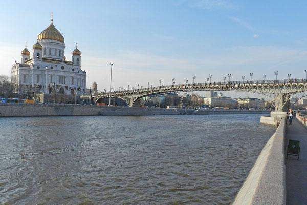 Die Kathedrale liegt direkt am Moskwa-Fluss.