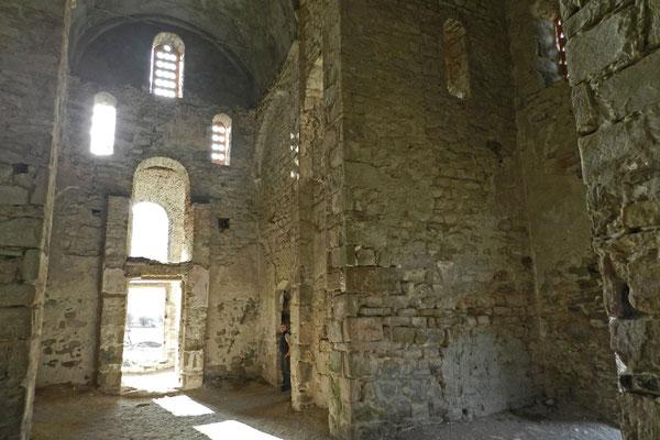 Im Inneren der mittleren Kirche von Archys