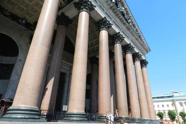 Gigantische Säulen rahmen den Eingang zur Kathedrale.
