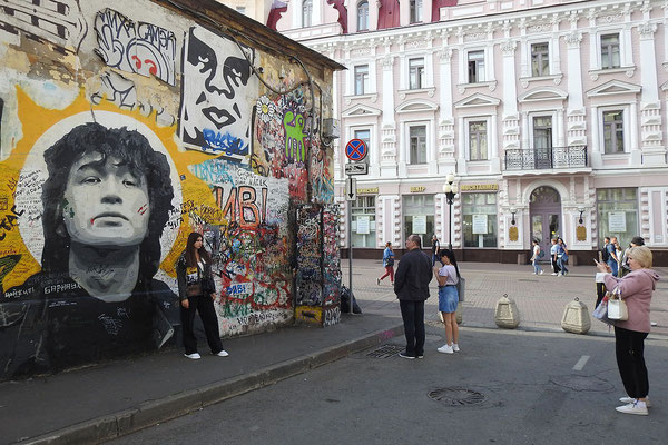 Rocklegende Viktor Zoi lebt - finden seine Anhänger am Alten Arbat