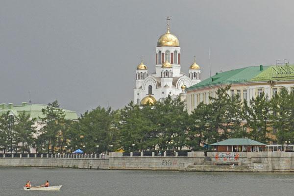 Die Blutkirche vom Stadtteich aus gesehen