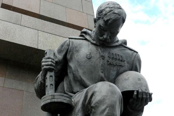 Ein Bronzesoldat verneigt sich vor den gefallenen Kameraden