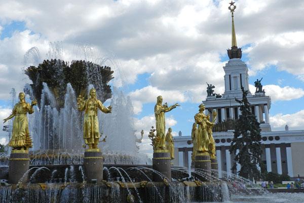 16 Frauen symbolisieren die Teilrepubliken der UdSSR,