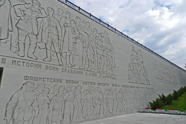 Ein Monumental-Relief zeigt die siegreichen Rotarmisten.