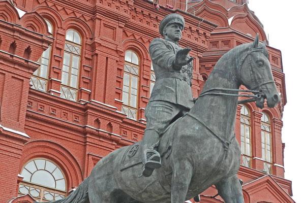 Denkmal für Marschall Schukow an der dem Roten Platz abgewandten Seite des Museums