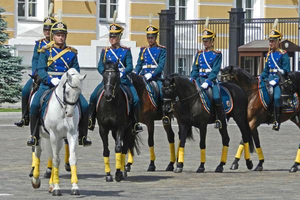 Husaren auf dem Ausritt durch den Kreml
