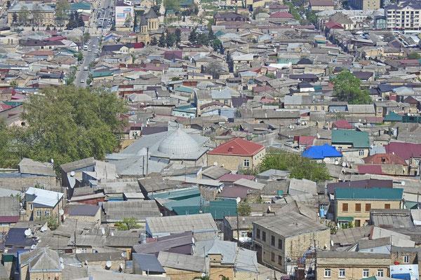 Moschee und Platanen sind auch aus der Entfernung gut zu erkennen.
