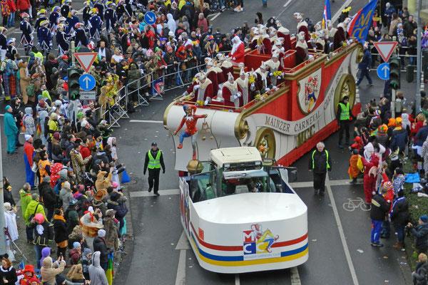 Так ездят карнавальские функционеры.