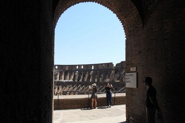 Touristen im Kolosseum
