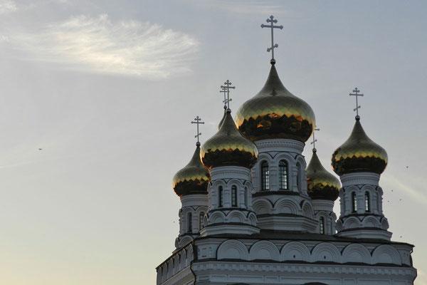 Alexander-Newski-Kirche am Bahnhof von Twer