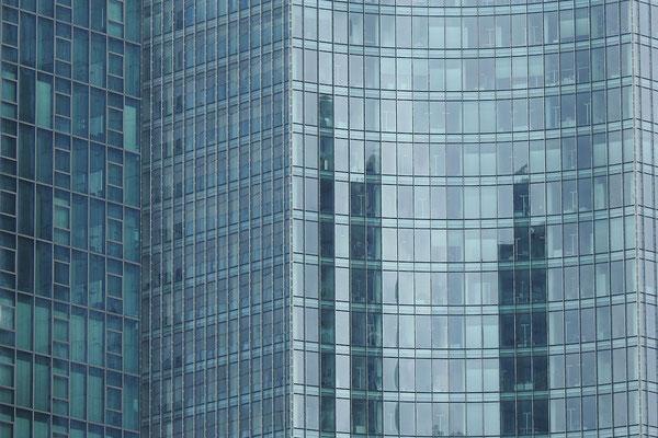 За этими окнами ворочают большими деньгами.