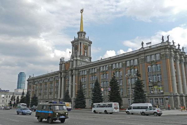 Das Rathaus der Stadt ist vom Baustil der Stalin-Zeit geprägt.