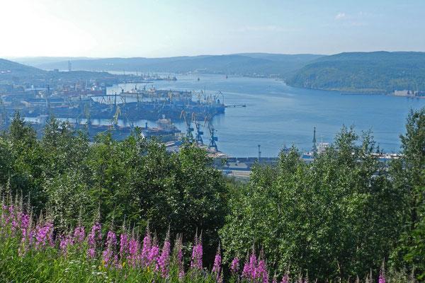 Blick auf den Murmansker Hafen und den Kola-Fjord