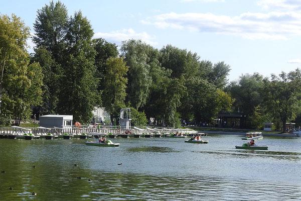 Wer gern Tretboot fährt, kommt im Gorki-Park auf seine Kosten.