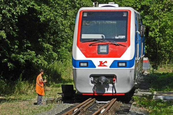 Kinder und Jugendliche regeln den Betrieb der Kindereisenbahn.