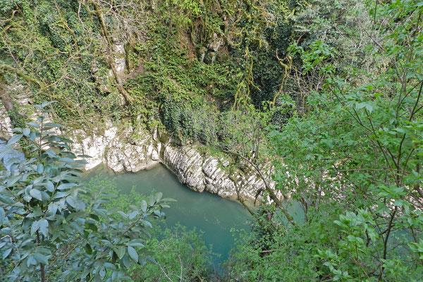 Einer der Pfade führt oberhalb des Chosta-Flusses entlang.