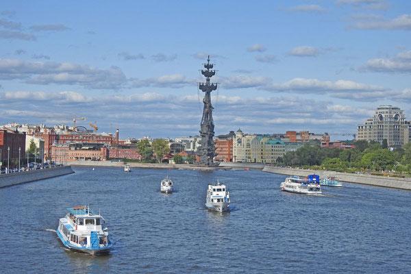Viel Schiffsverkehr auf der Moskwa