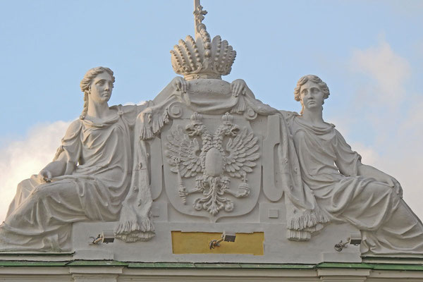 Detail über dem Hauptportal des Palastes