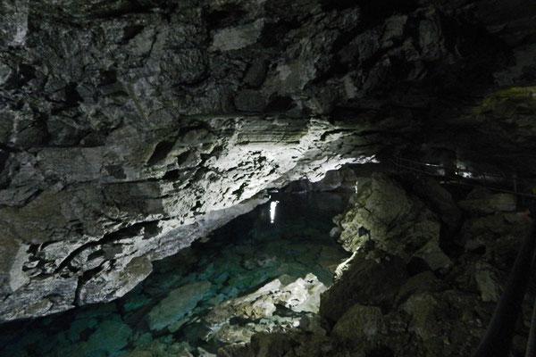 Einer der vielen unterirdischen Seen der Eishöhle von Kungur