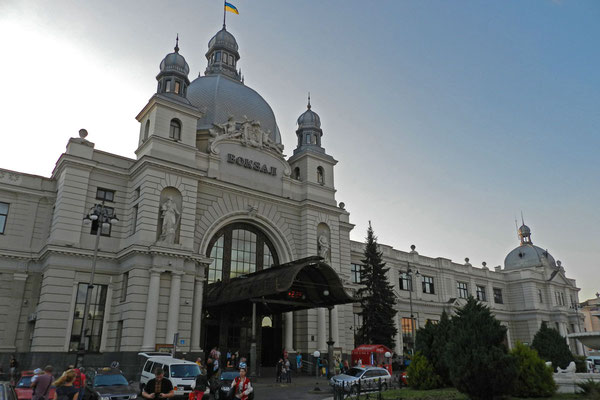 Majästetisch: Der Bahnhof von Lemberg