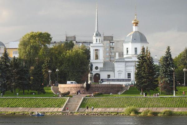 Blick über die Wolga zum Monument für Afanassi Nikitin
