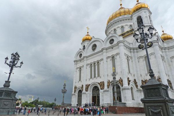 Pilger vor der Christ-Erlöser-Kirche in Moskau