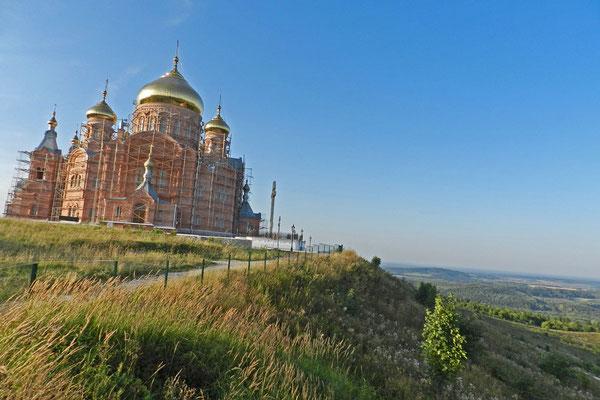 Das Belogorski-Kloster steht inmitten einer ansonsten menschenleeren Gegend.