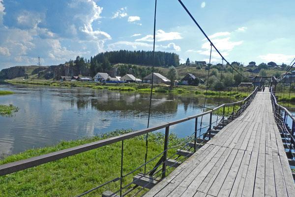 Die Hängebrücke über die Tschussowaja schwingt bei jedem Schritt mit.