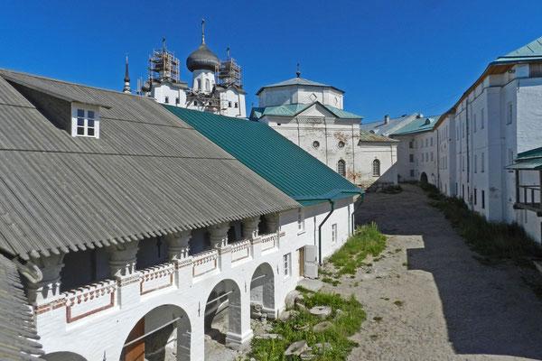 Blick von der Festungsmauer des Klosters