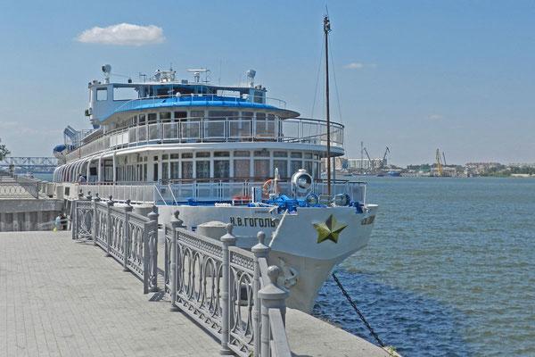 """An der Wolga-Promenade hat das Kreuzfahrtschiff """"Nikolai Gogol"""" festgemacht."""