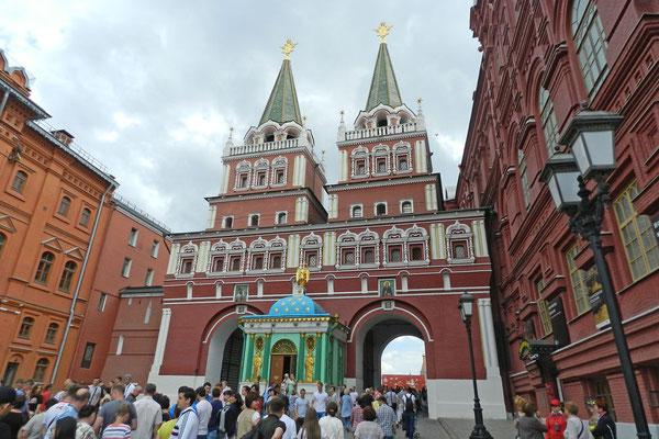 Durch das Auferstehungstor führt der eindrucksvollste Weg auf den Roten Platz.