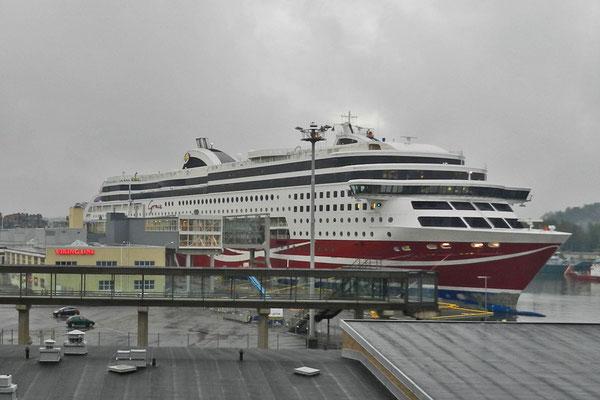 Vom Fährhafen in Turku legen jeden Tag riesige Fährschiffe nach Schweden ab.