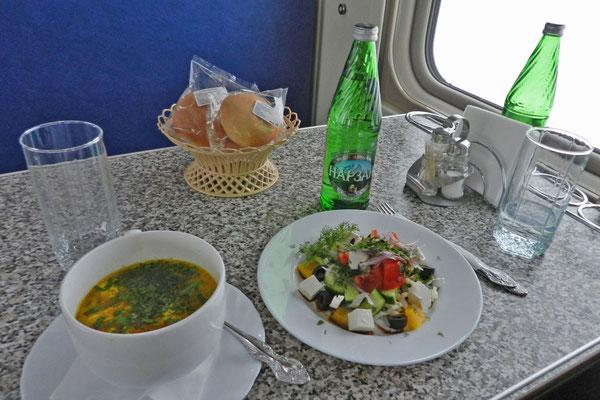 Speisewagen-Mahlzeit mit Süppchen und Kaukasus-Heilwasser