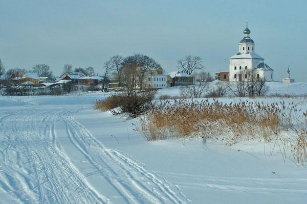 Der zugefrorene Kamenka-Fluss