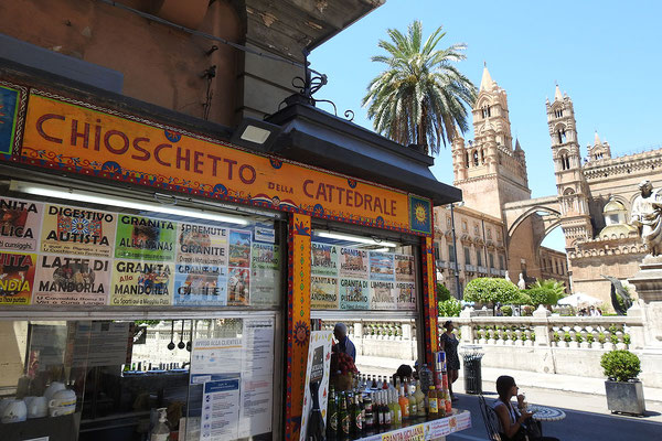 Am Dom von Palermo