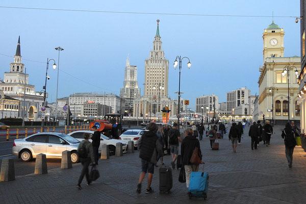 Am Platz der drei Bahnhöfe in Moskau