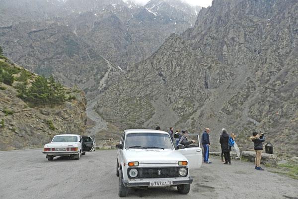 Die Georgische Heerstraße ist so schön, dass kaum ein Auto die Strecke ohne Fotostopp entlangfährt.