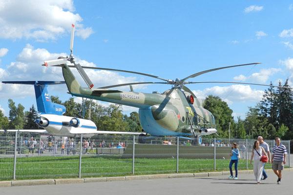 Vor einigen Jahren wurde ein Militärhubschrauber neben den Yak-42-Jet gestellt.