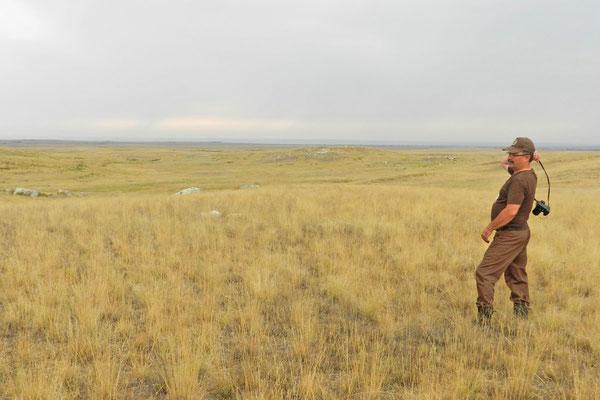 Ein Ranger hält Ausschau nach Steppenbränden