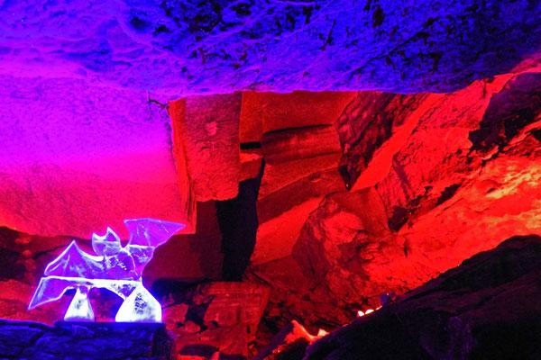 Manche Grotten der Kungur-Eishöhle sind in bunte Lichter getaucht
