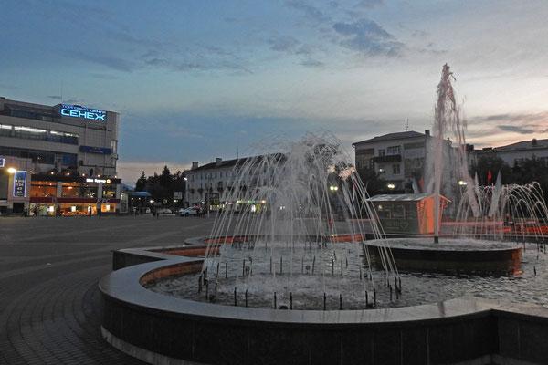 Abends am großen Platz von Solnetschnogorsk